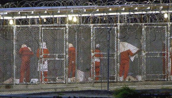 En esta foto de archivo tomada el 4 de marzo de 2002, los detenidos se preparan para la oración vespertina en el Campamento Rayos X en la Bahía de Guantánamo, Cuba. (PETER MUHLY / AFP).