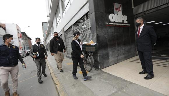 Fiscal Sandra Castro llegó hasta la sede de la Onpe para realizar diligencias en el marco de la investigación contra José Luna Gálvez como parte del caso Los Cuellos Blancos del Puerto. (Foto: Anthony Niño de Guzmán/El Comercio)
