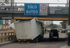 Camión terminó empotrado en puente de la Av. Brasil