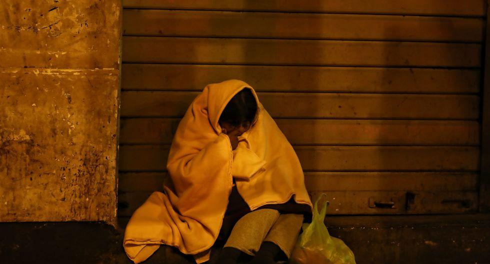 Personas sin hogar se refugian en algún rincón de las calles solitarias para dormir. (Foto: Giancarlo Avila/GEC)