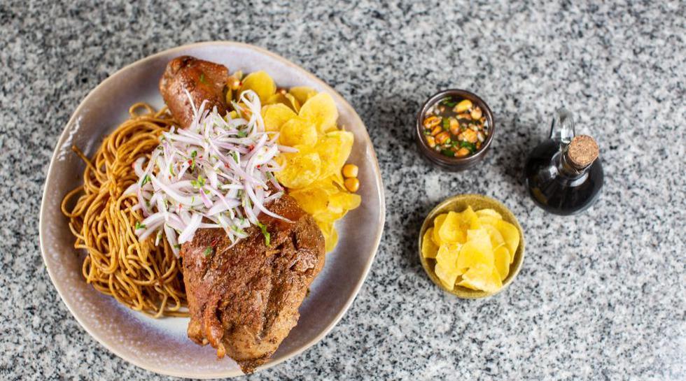 Pavo con chifles y tallarines preparado por Mayra Flores, chef piurana del restaurante limeño Shizen Barra Nikkei.