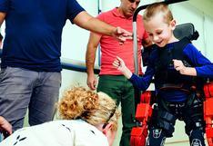 Un exoesqueleto hace real el sueño de caminar de un niño
