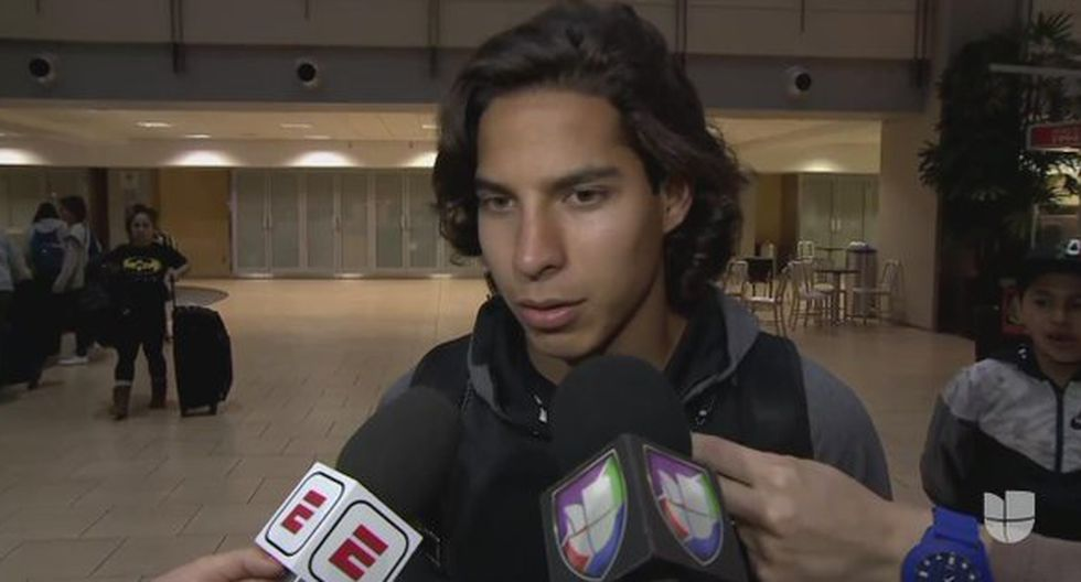 Diego Lainez atendiendo a la prensa azteca a su llegada a Estados Unidos. (Foto: Univisión Deportes)