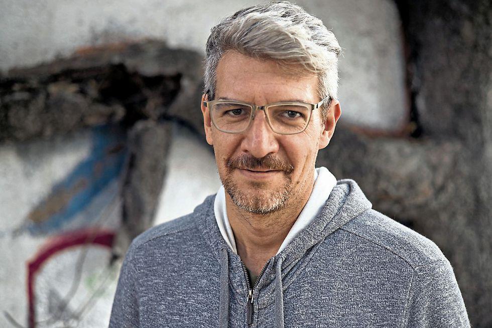 Emiliano Monge (1978) es un escritor y politólogo mexicano, considerado uno de los autores más importantes de América Latina. [Foto: Oswaldo Ruiz]