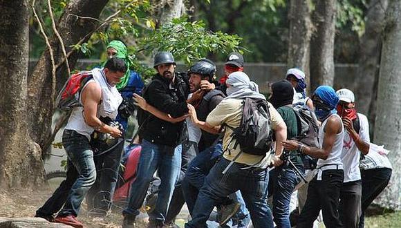 Colectivos chavistas asaltan a seis periodistas en protesta