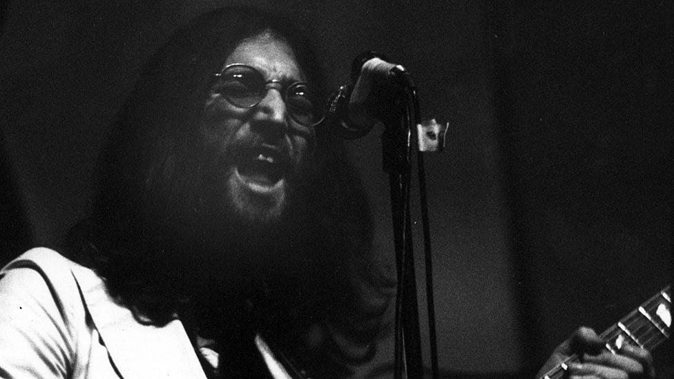 """""""En síntesis, la terapia primal nos permite sentir emociones constantemente, y esos sentimientos usualmente te hacen llorar, eso es todo"""", dijo John Lennon. (Foto: Getty Images, vía BBC Mundo)."""