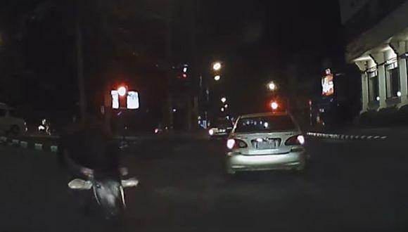 Una vaca se estrelló contra un automóvil en una carretera en medio de la noche | Foto: Captura de video YouTube / ViralHog