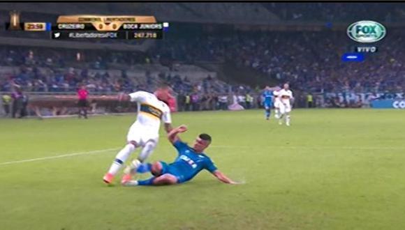 Sebastián Villa fue derribado en el área de Cruzeiro pero el árbitro no cobró penal   Foto: captura