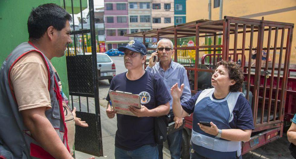 """¿Dónde está tu permiso?"", le pregunta Susel Paredes a este hombre que vende gas en plena calle. (Foto: Fidel Carrillo)"