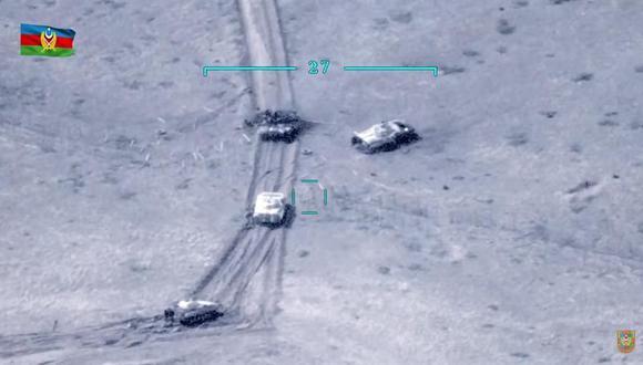 Una captura de fotograma del video proporcionado por el Ministerio de Defensa de Azerbaiyán muestra tanques armenios, algunos de ellos dañados, en la República de Nagorno-Karabaj. (EFE).