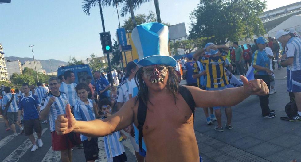 'Maradona', el 'Papa Francisco' y miles alientan a Argentina - 12