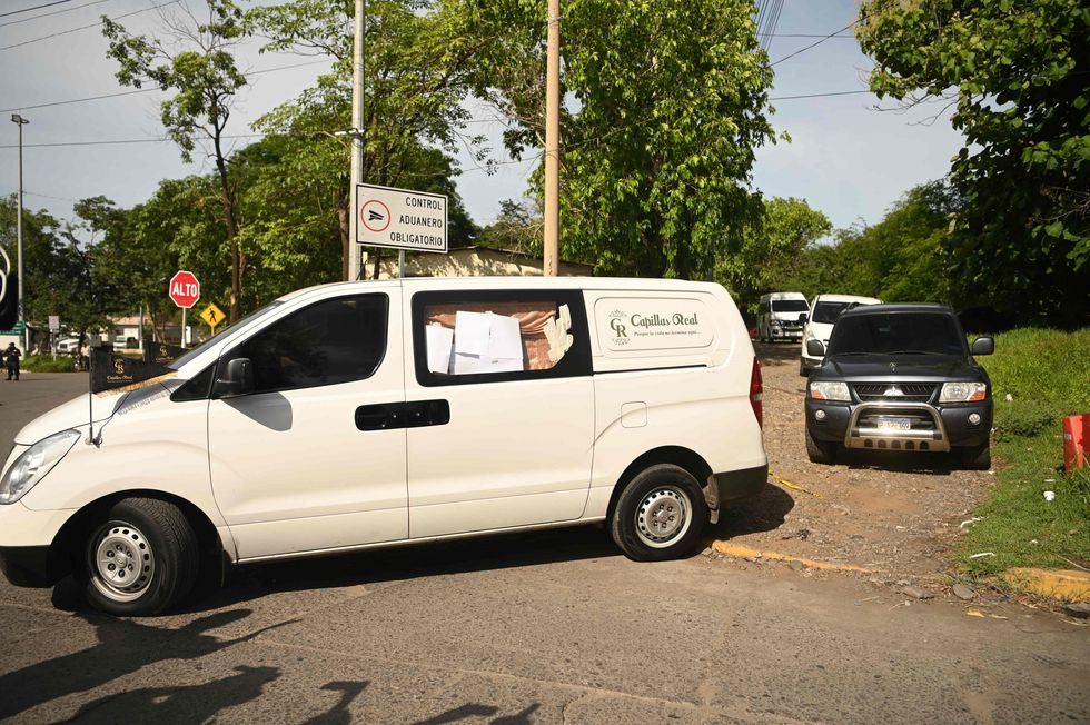 El convoy que lleva los restos de Valeria y de su padre. (AFP).