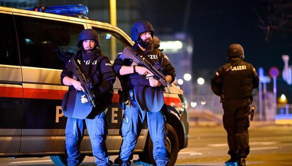 Las fuerzas especiales de la policía de Austria patrullan después de un tiroteo cerca de la sinagoga Stadttempel en Viena. (EFE / EPA / CHRISTIAN BRUNA).