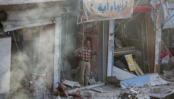 El Observatorio sirio de derechos humanos (OSDH) informó por su lado de la muerte de 14 civiles y rebeldes apoyados por Ankara en la explosión. Sin embargo, no pudo identificar a los responsables del atentado. En la imagen, un hombre sirio inspecciona el lugar de la explosión. (Foto; AFP).