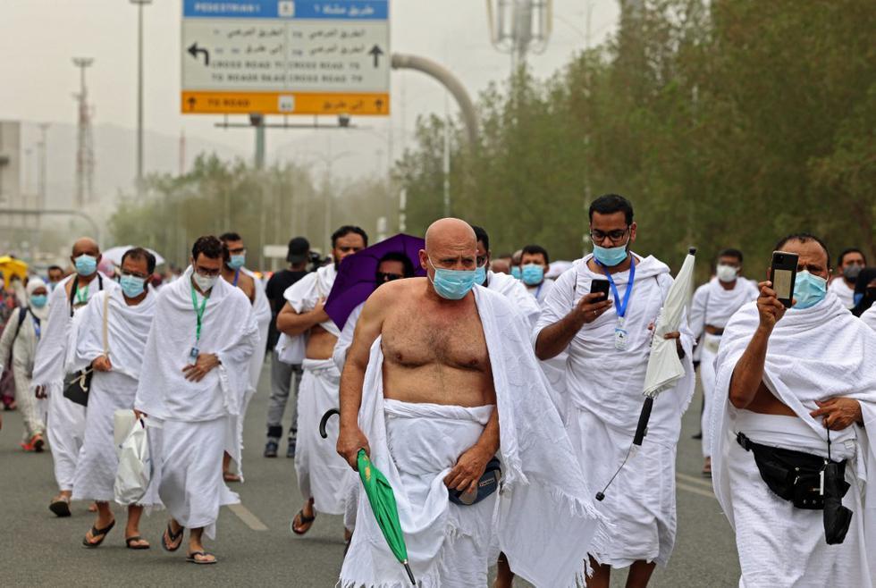 """Un total de 60.000 musulmanes llevan a cabo este lunes el principal ritual del """"hajj"""" o peregrinación anual a La Meca en el monte Arafat, donde el profeta Mahoma pronunció su último sermón hace catorce siglos, en medio de un estricto protocolo sanitario por la pandemia de la COVID-19. En la foto, peregrinos se reúnen para realizar las oraciones del mediodía cerca de la mezquita de Namira, en el monte Arafat, al sureste de la ciudad santa saudí de La Meca.(Foto de Fayez Nureldine / AFP)"""