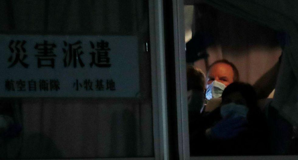 Los pasajeros británicos saludaron desde la ventana de un autobús después de abandonar el crucero Diamond Princess. (Reuters).