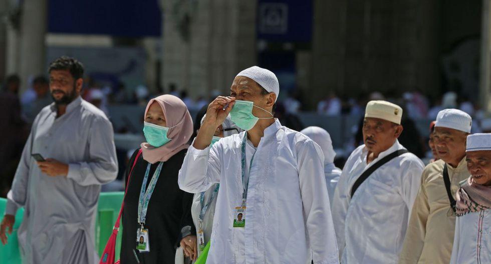 Los peregrinos musulmanes usan máscaras en la Gran Mezquita en la ciudad sagrada de La Meca, Arabia Saudita. (AFP).