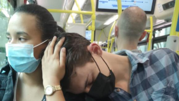Una joven contó que se hizo amiga de un chico luego de dejarle que durmiera en su hombro mientras viajaba en un bus. (Foto: @Perezart / Twitter)