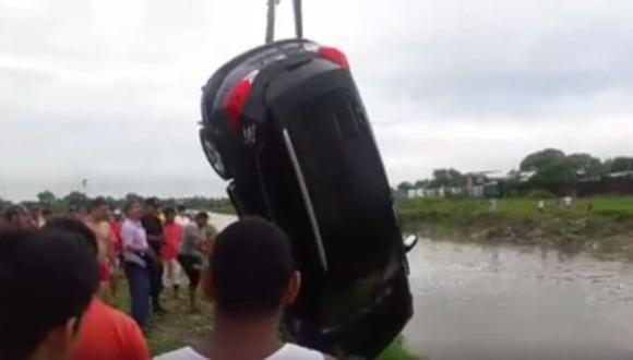 Piura: rescatan camioneta en vía Sullana-Tambogrande [VIDEO]