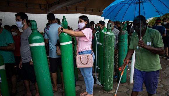 Familiares de pacientes infectados con Covid-19 enfrentan horas de espera desde temprano en la mañana para abastecer sus cilindros de oxígeno en la empresa Carboxi, que comercializa gases en Manaos, Amazonas, Brasil. (Foto: Archivo/EFE / RAPHAEL ALVES).