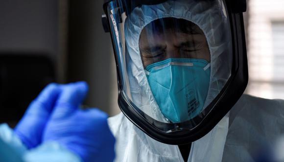 Gabriel Cervera trata a un paciente infectado con la enfermedad del coronavirus (COVID-19) en el United Memorial Medical Center en Houston, Texas, Estados Unidos. (REUTERS / Callaghan O'Hare).