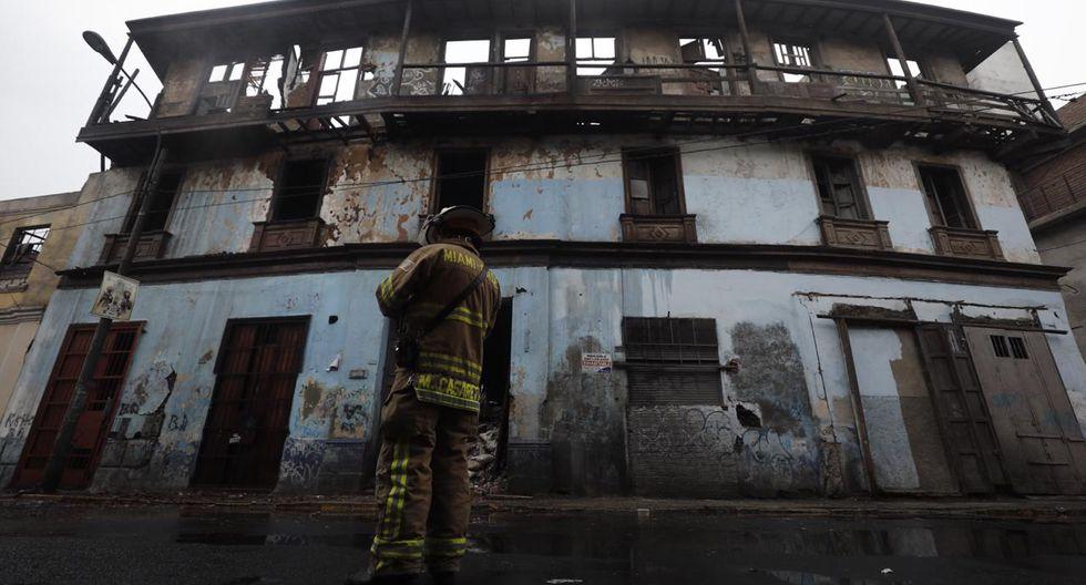 """""""Hay un riesgo inminente de derrumbe"""", comentó el jefe departamental de Lima Centro, Mario Casaretto, quien precisó que el incendio habría sido provocado por gente de mal vivir. (Difusión: Leandro Britto/GEC)"""