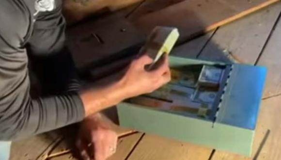El cazafortunas que contrató la familia halló 46 mil dólares en el ático. | Foto: WFSB 3