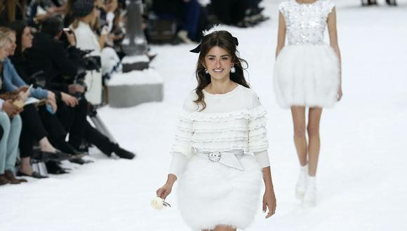 Penélope Cruz sorprende al desfilar para Chanel en homenaje a Karl Lagerfeld. (Foto: AFP)