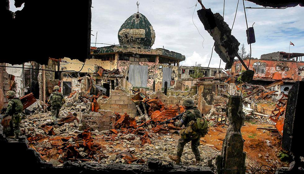 Government soldiers from the Philippine Marines 1st Brigade patrol past damaged buildings as troops continue their assault on clearing operations against the pro-IS militant group in Marawi city, southern Philippines, September 14, 2017.  REUTERS/Marconi Navales