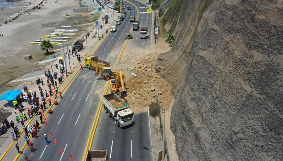 El derrumbe obstruyó un aproximado de 25 o 30 metros de la pista.  (Foto: Daniel Apuy).
