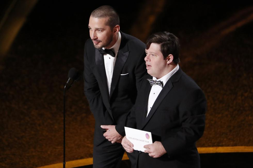 Shia LaBeouf  y el actor Zack Gottsagen, durante el anuncio del ganador a Mejor cortometraje live action.