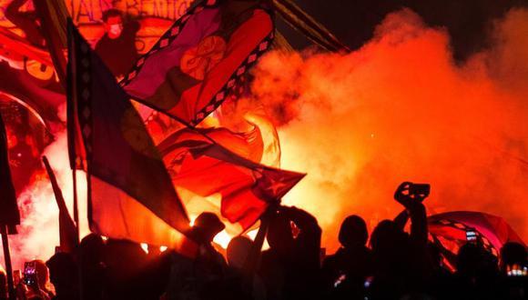 Miles de chilenos copan la plaza Italia para celebrar el triunfo del Apruebo en el histórico plebiscito. (EFE/ Alberto Valdes).