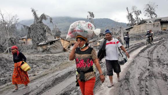 Más de 25 mil personas son evacuadas por volcán en Indonesia