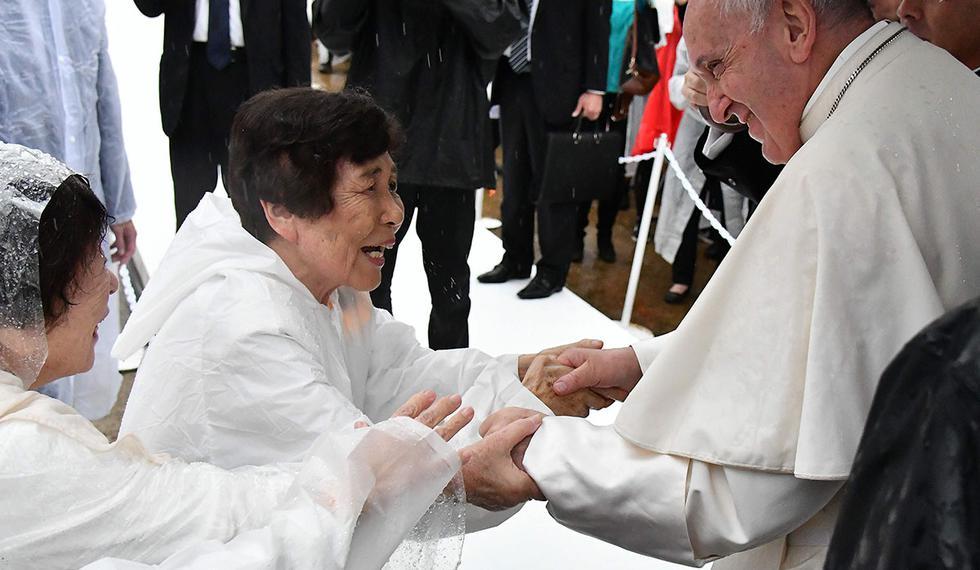 El papa Francisco les da la mano a las mujeres japonesas al llegar para pronunciar su discurso en el Hipocentro de la Bomba Atómica en Nagasaki. (Foto: AFP)