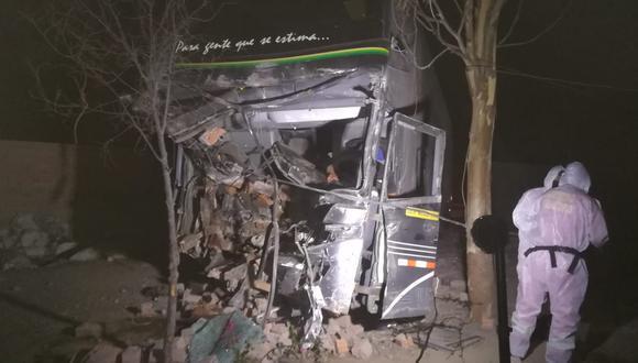 Ica: del conductor del bus fue rescatado por los bomberos luego de quedar atrapado entre los fierros retorcidos. (Foto: Difusión)