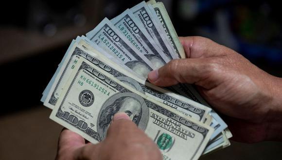 El dólar en Perú cerró a la baja este lunes. (Foto: EFE)