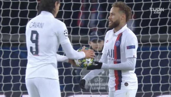 Neymar le dio el balón a Cavani para que ejecute el penal | Foto: Captura
