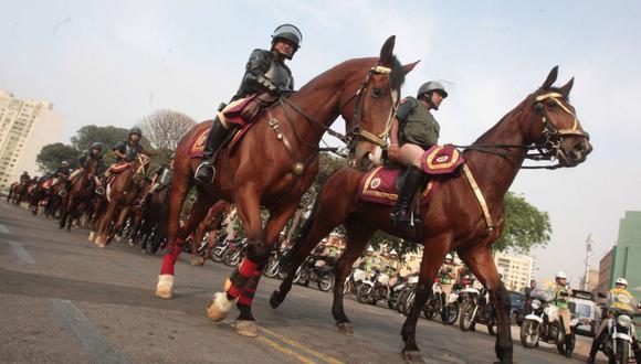 La Policía dispuso que agentes reciban entrenamiento para dirigir a los caballos en situaciones de inseguridad ciudadana. (Foto: Andina)