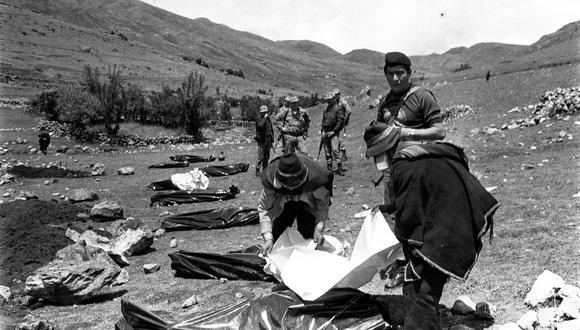 AYACUCHO, 31 DE ENERO DE 1983ASESINATO DE PERIODISTAS EN UCHURACCAY. EN LA IMAGEN SE OBSERVA LOS CADAVERES DE LOS HOMBRES DE PRENSA EN LA ZONA DONDE OCURRIO LA MATANZAMIEMBROS DE LAS FUERZAS ARMADASMILITARES COMUNEROSFOTO: EL COMERCIO