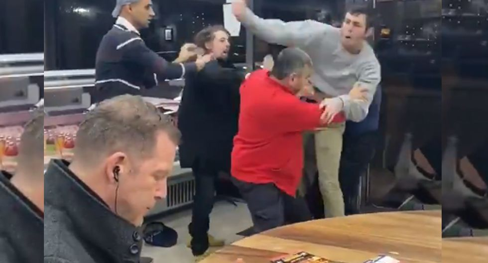 Así es como esta persona reaccionó al ver cómo las demás se peleaban a su costado. (Foto: YouTube Viral)
