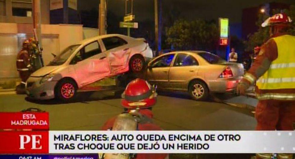 auto queda encima de otro tras choque que dejó un herido(Captura: América Noticias)