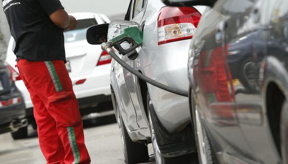 En el caso de los combustibles de más bajo octanaje, los precios disminuyen de forma sensible solo tres meses después de la caída del precio de petróleo. (Foto: GEC)