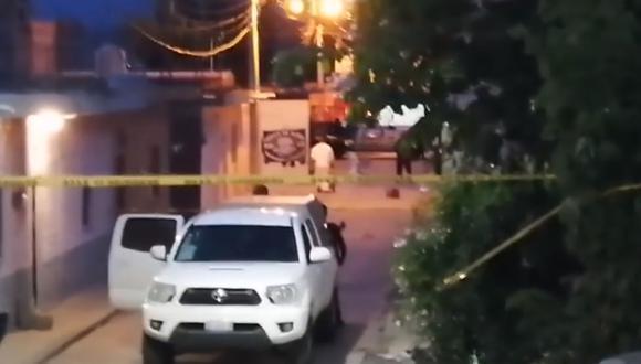 Miembros de la policía municipal resguardan el área hoy donde un comando armado asesinó a siete personas, en la ciudad de Salvatierra, estado de Guanajuato. (Foto: captura de pantalla   Facebook   Periódico correo)