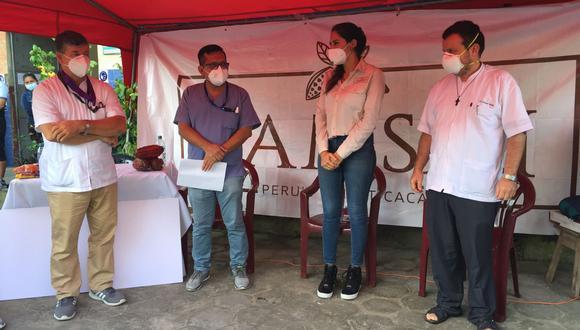 El párroco y médico Raymundo relató que cientos de personas se acercan hasta la parroquia San Martín de Porres para pedir oxígeno para sus familiares. (Foto: Daniel Carbajal)