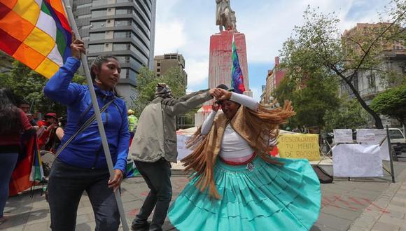 Una estatua de Cristóbal Colón ubicada en La Paz, Bolivia, fue vandalizada con pintura. (EFE/ Martin Alipaz).