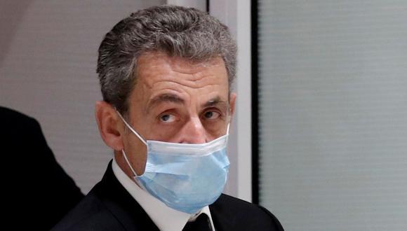 El ex presidente de Francia Nicolas Sarkozy abandona la sala del tribunal donde es juzgado por cargos de corrupción y tráfico de influencias. (REUTERS / Benoit Tessier).