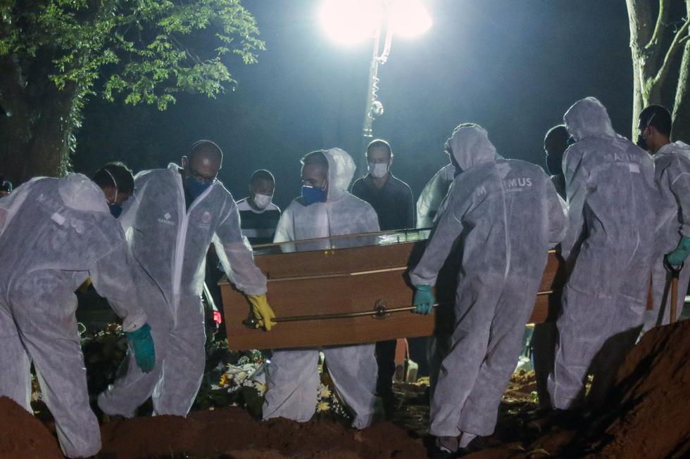 En casi tres décadas de trabajo, los sepultureros más antiguos del mayor cementerio de Sao Paulo recuerdan haber hecho menos de 10 entierros nocturnos. Pero desde que se agravó la segunda ola de la pandemia de coronavirus en Brasil, esa excepción se transformó en regla. (Texto y foto: AFP).