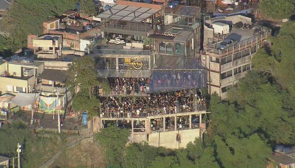 Miles de personas participan en una fiesta clandestina en Río de Janeiro en medio de la pandemia de coronavirus en Brasil.