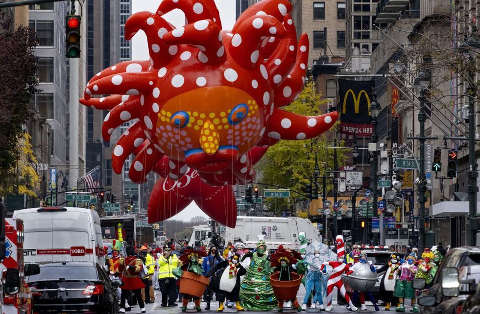 Los participantes bailando en el Desfile del Día de Acción de Gracias de Macy's modificado son vistos desde una barricada a unas dos cuadras de distancia en Nueva York. (AP/Craig Ruttle).