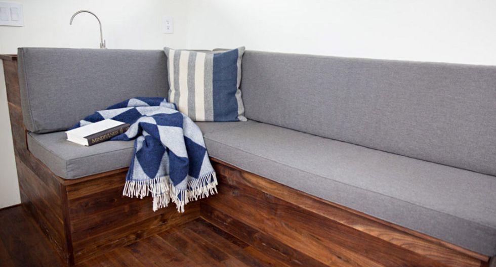 .- La mesa y el sofá sirven como un espacio para reuniones con clientes. (Foto: minimwork.com)
